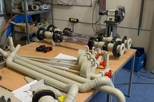 Plan de travail avec plusieurs pièces et tuyaux